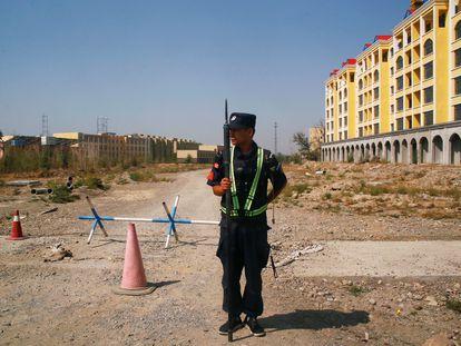 Un policía chino, ante lo que oficialmente se denomina un centro de educación profesional en la ciudad de Yining, en Xinjiang.