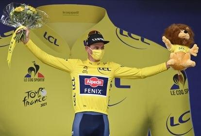 El neerlandés Mathieu van der Poel  celebra en el podio con la 'maillot' amarilla tras la séptima etapa del Tour.