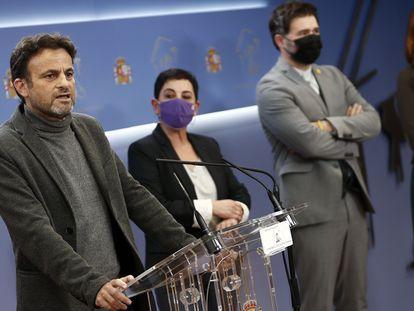 El presidente del grupo Unidas Podemos, Jaume Asens, con la portavoz de EH Bildu y el de ERC, en comparecencia conjunta en el Congreso.