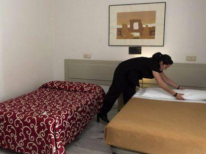Una camarera de piso o 'kelly' trabajando en un establecimiento de Sevilla.