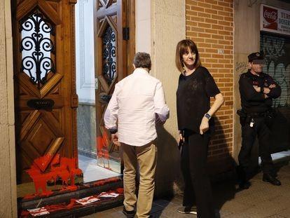 La líder del PSE, Idoia Mendia, y su marido, el concejal Alfonso Gil, observan los daños provocados por radicales en su vivienda. EFE