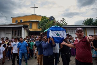 Funerals of a person killed during the 2018 protests in Masaya, Nicaragua.  Family members carry the coffin that they covered with the Nicaraguan flag as a symbol of protest against the government's repression of protesters.
