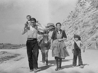 Imagen de una familia dentro de la serie 'Paisajes, pueblos y gentes de Cuenca'.
