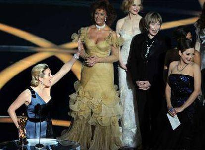 Kate Winslet celebra su Oscar junto a Sofía Loren, Nicole Kidman, Shirley MacLaine y Marion Cotillard.