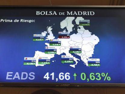 Un panel de la bolsa de Madrid con la evolución de la prima de riesgo de los países europeos, en una imagen de archivo.