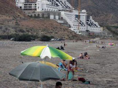 Un grupo de bañistas en la playa de El Algarrobico.