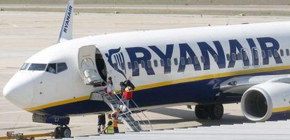 Pasajeros embarcan en un avión de Ryanair en Girona.