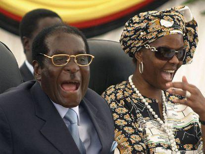 El presidente de Zimbabue, Robert Mugabe, y su mujer, Grace, en 2008.
