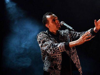 El cantante y escritor francés Gael Faye actuando en La Rochelle.