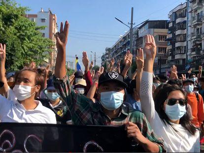 Manifestación contra el golpe militar, este domingo en Yangón.