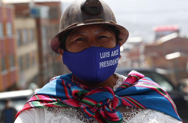 Una mujer apoya al candidato Luis Arce en un mitin este sábado en La Paz, Bolivia.