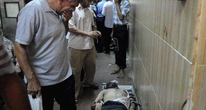 Un cadáver en los pasillos de la morgue de Zeinhom, en El Cairo.