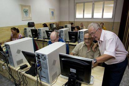 Varios desempleados reciben cursos para poder buscar un trabajo en la academia de enseñanza Nuestra Señora de la Esperanza, en Málaga.