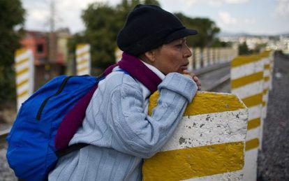 Una migrante centroamericana espera al tren de mercancías conocido como 'La Bestia' para llegar a EE UU, en Apizaco, estado de Tlaxcala, México.