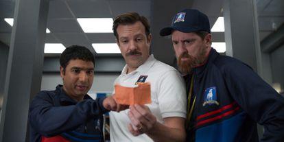 Nick Mohammed, Jason Sudeikis y Brendan Hunt, en la primera temporada de 'Ted Lasso'.