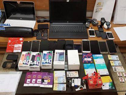 Materiales incautados a la red criminal que suplantaba la identidad de ciudadanos para pedir créditos online.