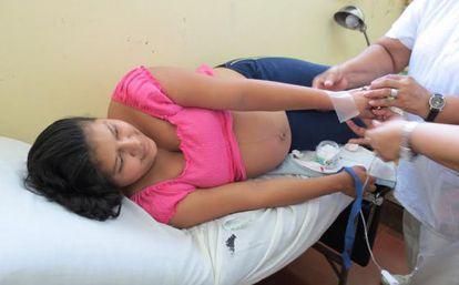 Una joven embarazada recibe atención en un centro de salud de Nicaragua.