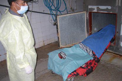 El cadáver de Babi Hamadi Buyema, el saharaui de nacionalidad española, en la morgue del hospital civil Mulay Hassan Ben el Mehdi.