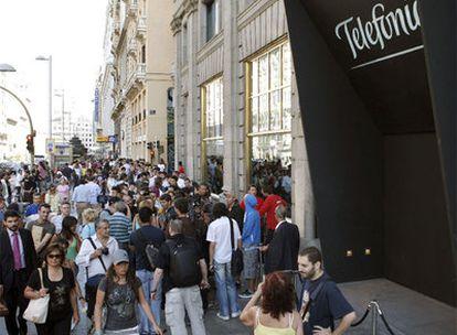 Centenares de personas hacen cola en la puerta de la sede de Teléfonica en Madrid para comprar el iPhone