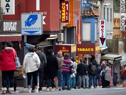Colas de ciudadanos franceses en La Jonquera para comprar tabaco.