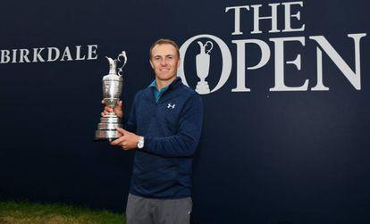 Spieth con el trofeo de ganador.