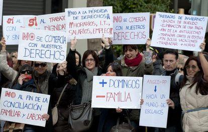 Los trabajadores de los centros comerciales y grandes almacenes, protestan en la plaza Los Pinazo.