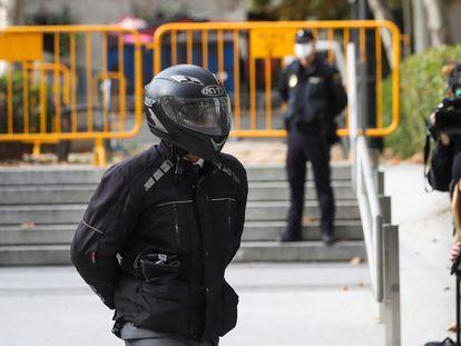El exchófer de la familia Bárcenas, Sergio Ríos, cubre su rostro con un casco de moto tras declarar, este miércoles, en la Audiencia Nacional por el 'caso Kitchen'.