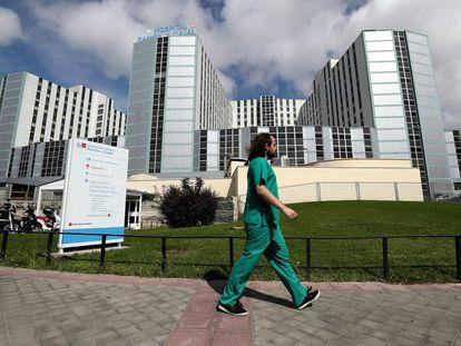 Un trabajador sanitario pasa ante la fachada del Hospital Ramón y Cajal.
