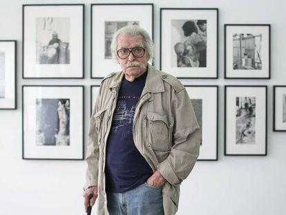 El fotógrafo Ramón Masats junto algunas de las imágenes que expone en Ana Mas Projects.