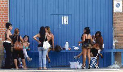 Un grupo de mujeres dedicadas a la prostitución en la Colonia Marconi, en Villaverde.