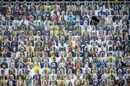 Carteles en las gradas simulan espectadores en el estadio del Fenerbahçe (Estambul) el pasado mes de junio.