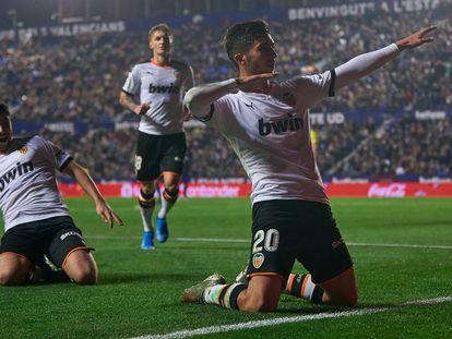 Ferran Torres celebra un gol al Levante en el último derbi valenciano.