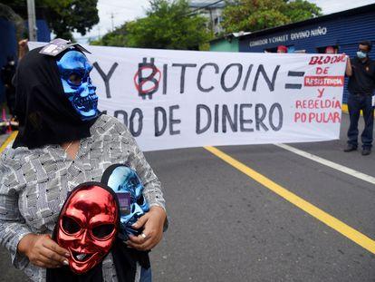 """Un grupo de salvadoreños pide la derogación de ley para el uso del bitcoin, en julio, por ser una normativa """"impuesta"""" y """"sin consultar al pueblo""""."""