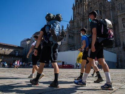 Peregrinos que realizan el camino de Santiago en verano.