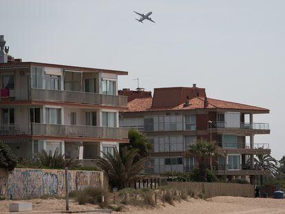 Un avión despega del aeropuerto de El Prat, a pocos kilómetros de la urbanización Gavà Mar.