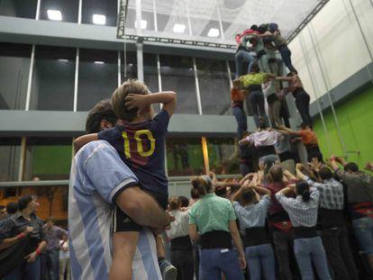 Castellers de Sants, ensayan en las instalaciones de la Escuela Jaume I de Barcelona donde la AMPA ha organizado diversas actividades para este fin de semana.