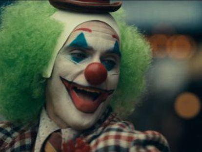 Warner Bros lanza el avance del filme, protagonizado por Joaquin Phoenix, que interpreta a Arthur Fleck antes de que este se convierta en el conocido villano