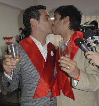 Alex Freyre, derecha, y José María Di Bello se besan tras casarse en el registro civil en Ushuaia, Argentina en 2009.