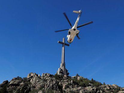El helicóptero militar con los restos de Franco sale del Valle de los Caídos el pasado 24 de octubre.