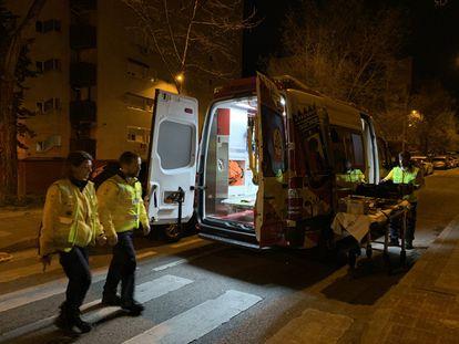 Una ambulancia del Samur, frente al domicilio donde se ha producido el parricidio, en la calle Arcos de Jalón de Madrid.