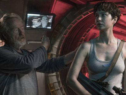 Ridley Scott dirige a Katherine Waterston en 'Alien: Covenant'.