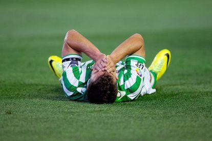 Chica, tumbado en el césped del Benito Villamarín durante el partido ante la Real