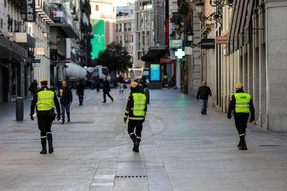 Militares de la UME patrullan por Madrid para controlar quién sale de casa en plena crisis del coronavirus.