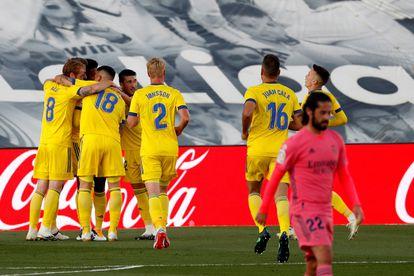Los jugadores del Cádiz celebran el gol del Choco Lozano este sábado en el Estadio Alfredo Di Stéfano, en Madrid.