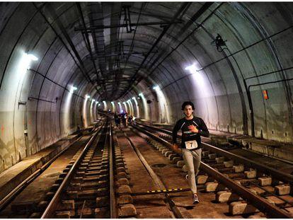 Atletas atraviesan los túneles del metro de Bilbao.