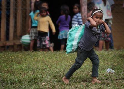 Un niño pasa delante de una escuela llevando comida en Cobán, Alta Verapaz, Guatemala.