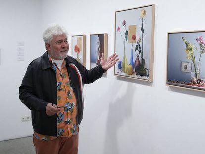 Pedro Almodóvar, en la sala de la madrileña galería Marlborough donde se exponen sus fotografías.