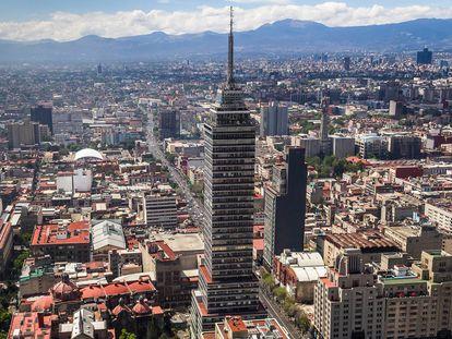 La Torre Latinoamericana fue diseñada por el arquitecto Augusto H. Álvarez. Su estructura se inspiró en el Empire State Building, y en el edificio Chrysler de Nueva York.