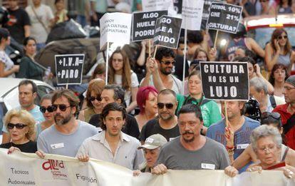 El mundo de la Cultura se manifiesta, por Madrid, en contra de los recortes anunciados por el Gobierno.
