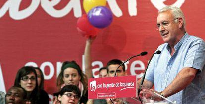 El coordinador general de Izquierda Unida, Cayo Lara, en el mitin central de Esquerra Unida en el polideportivo de El Cabanyal en Valencia.